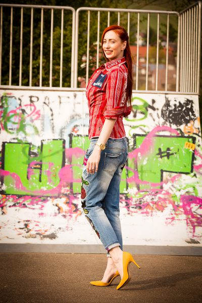 Skaterlook mit Jeans und Pumps